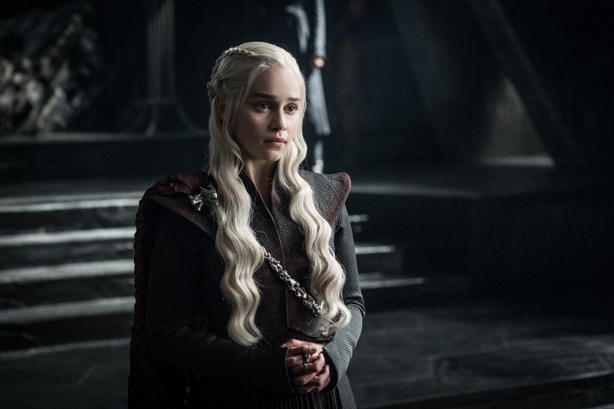 Daenerys Targaryen frente a alguien