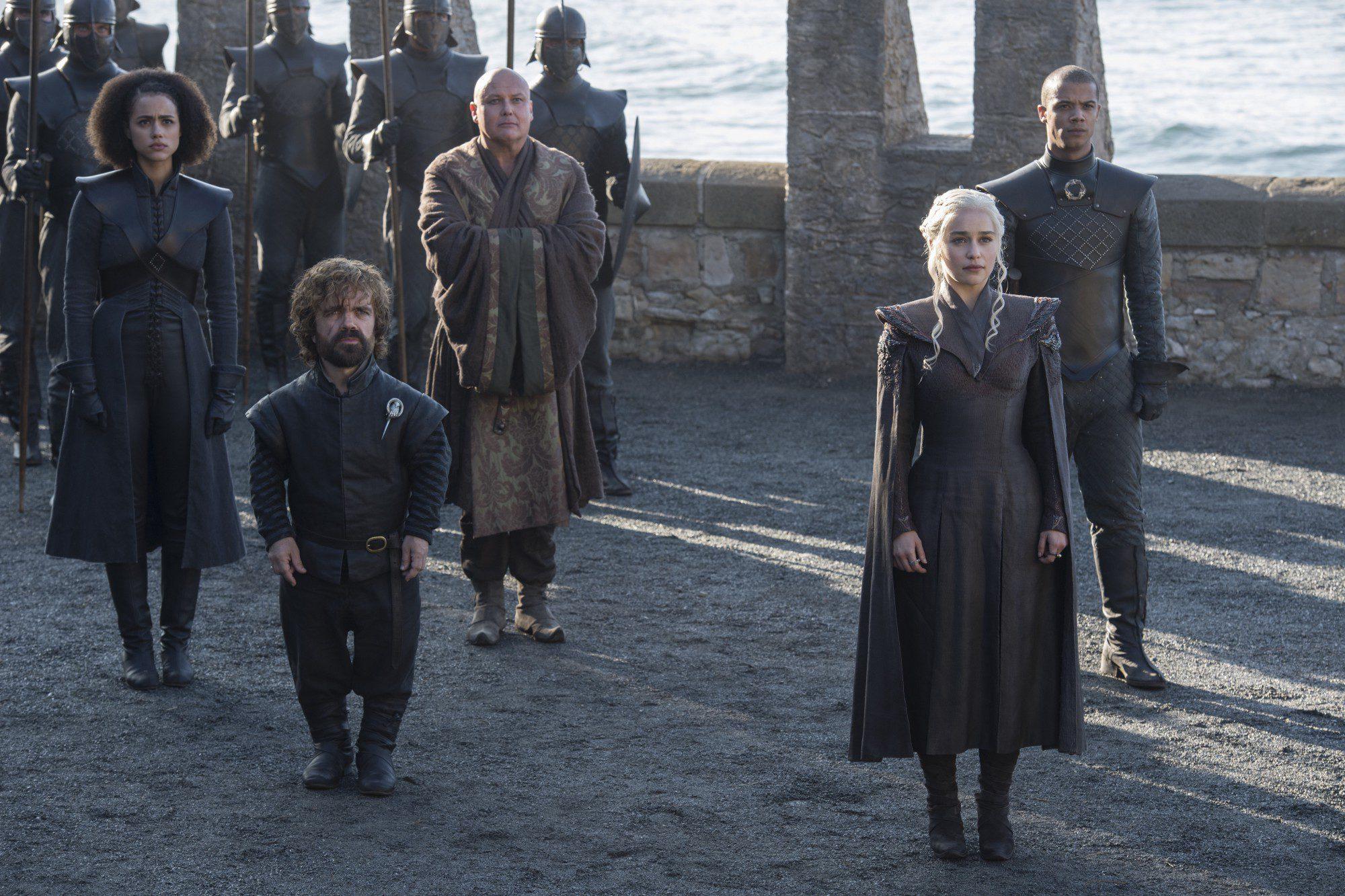 Daenerys y sus acompañantes esperan