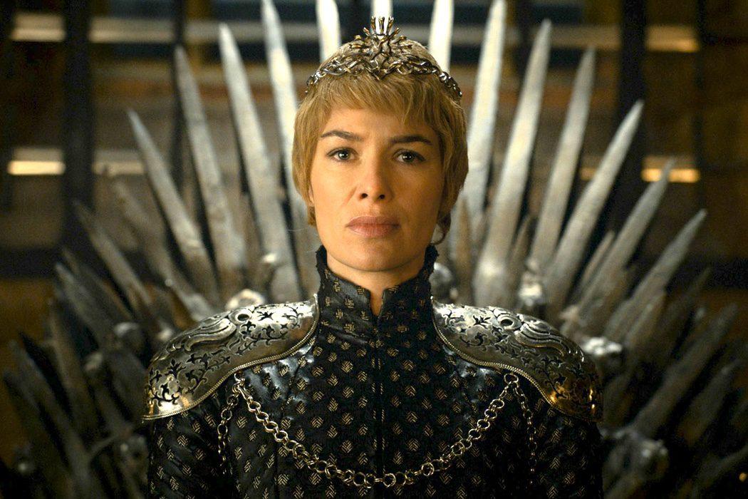 Cersei se sienta en el Trono de Hierro