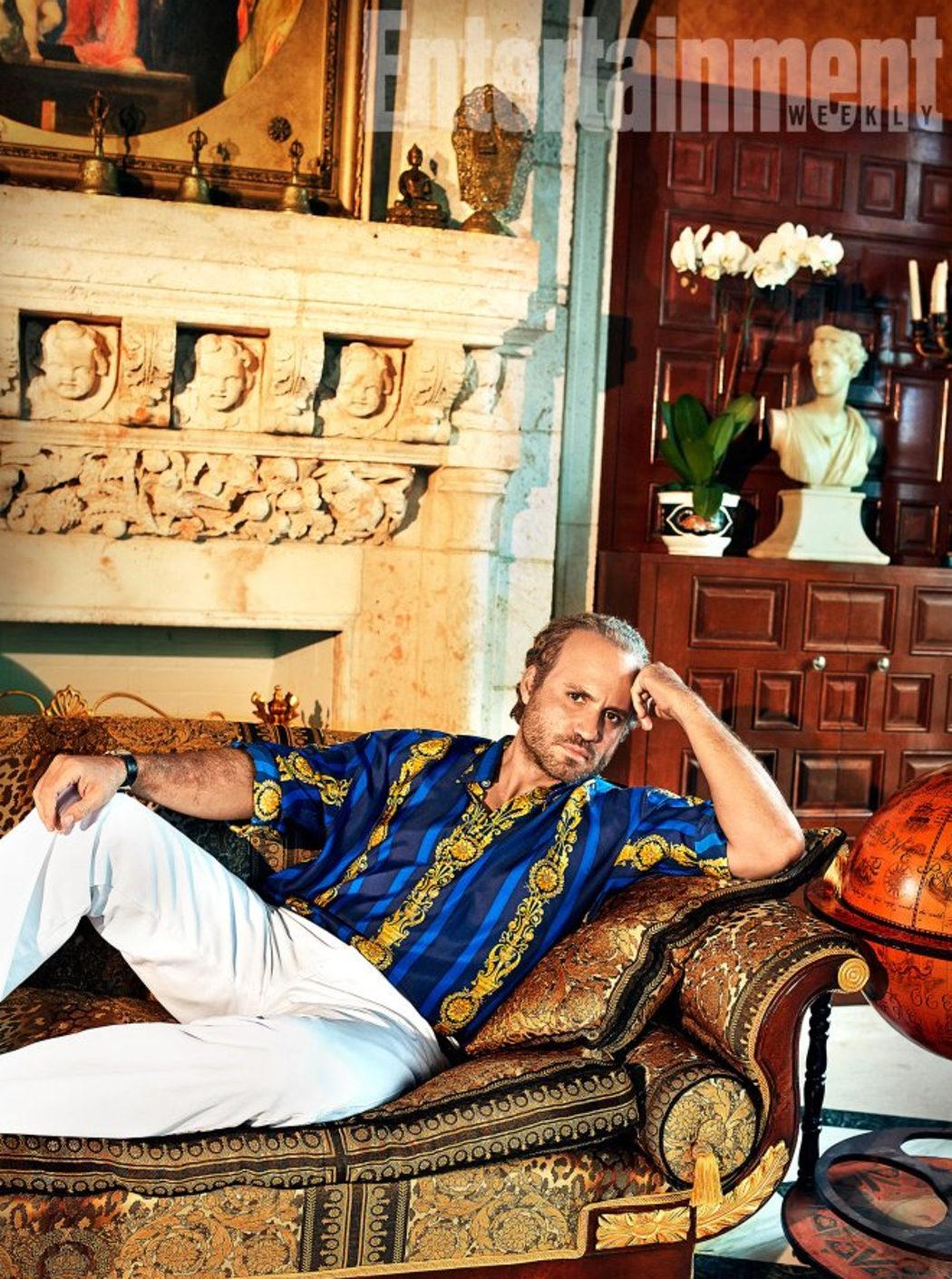 Gianni Versace en el sofá