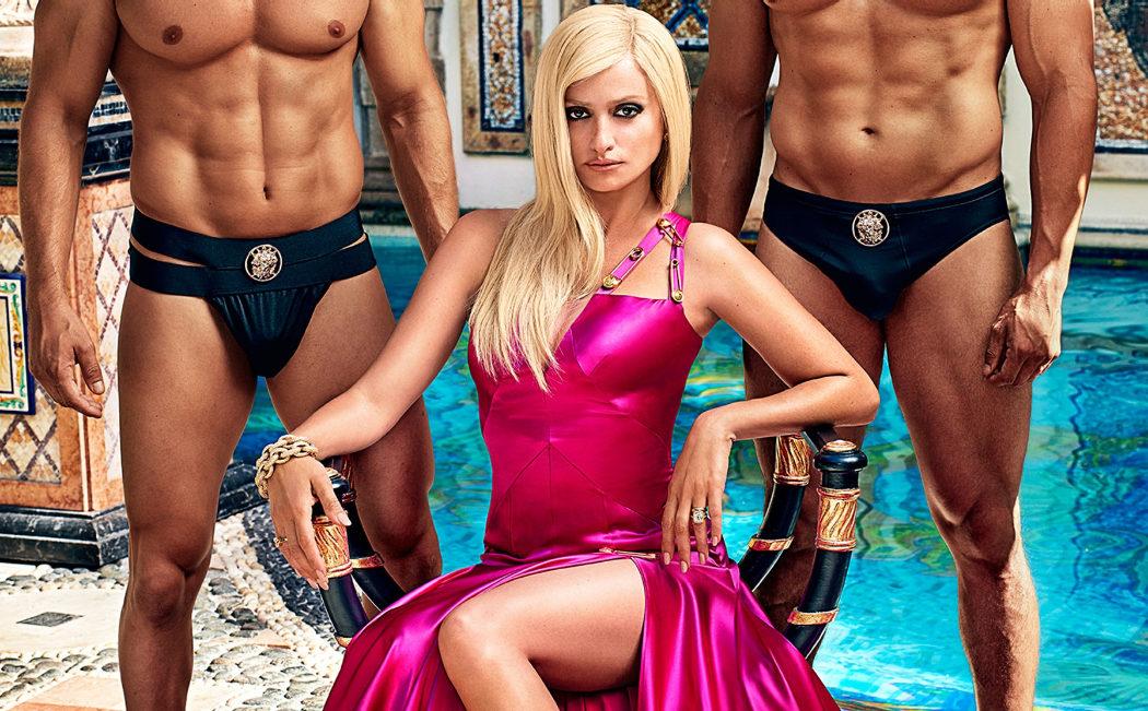 Donatella Versace bien rodeada