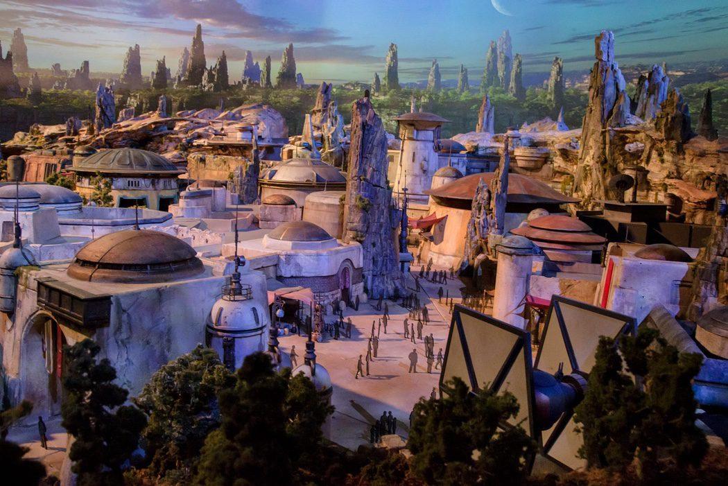 Las calles de una ciudad con una nave