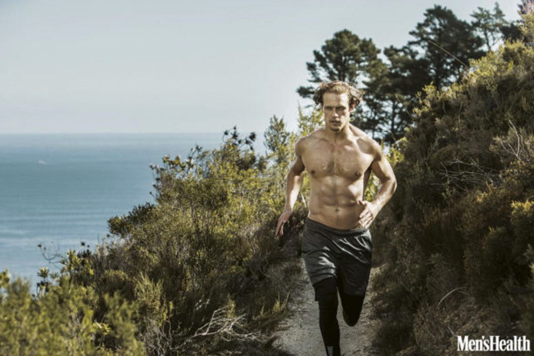 Sam Heughan entrenando en Men's Health South Africa