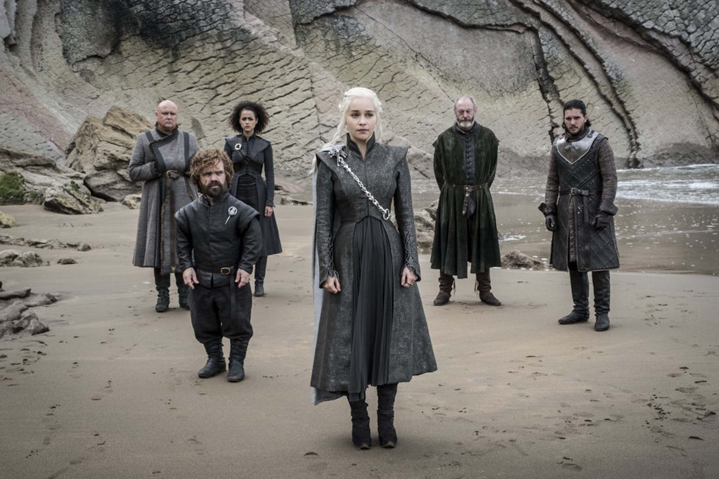 Daenerys y su consejo junto a Jon y Davos