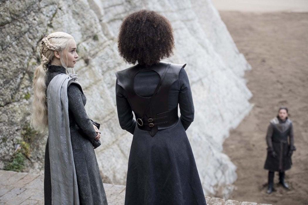 Daenerys y Missandei hablan frente a Jon Snow