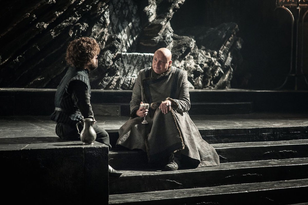 Tyrion y Varys conversan sobre Daenerys