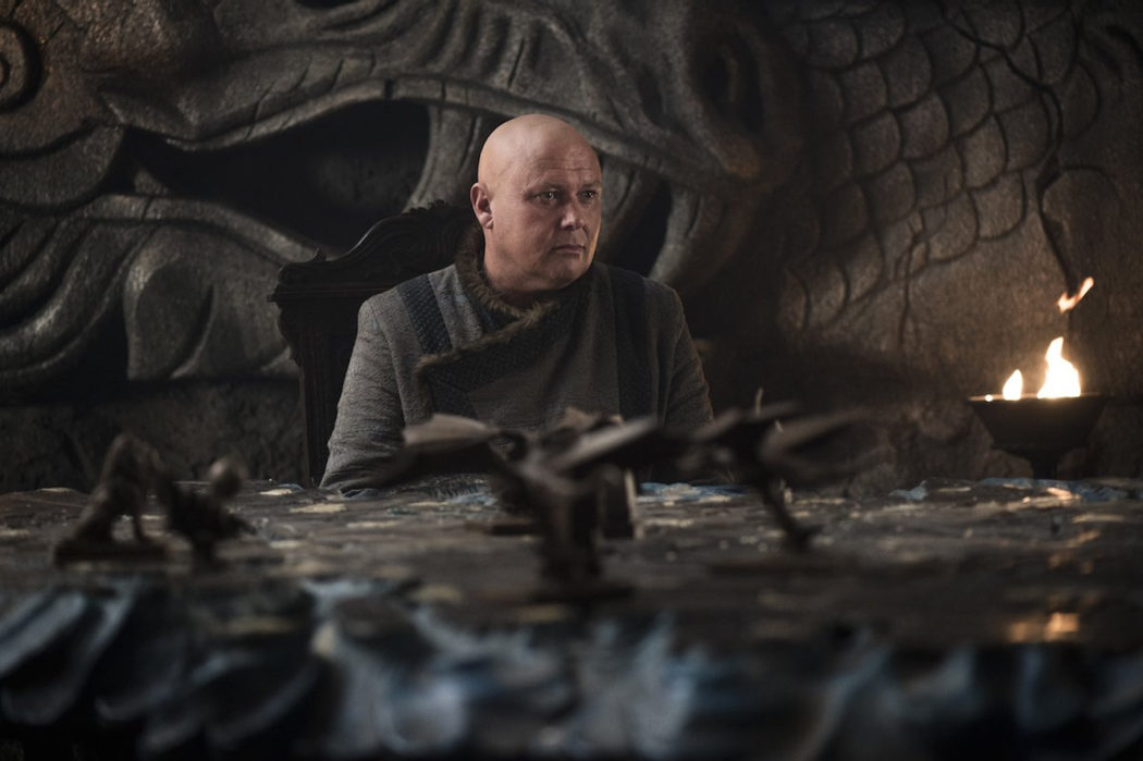 Varys aconseja en la sala de estrategias