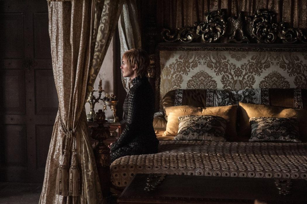 Cersei reflexiona en sus aposentos