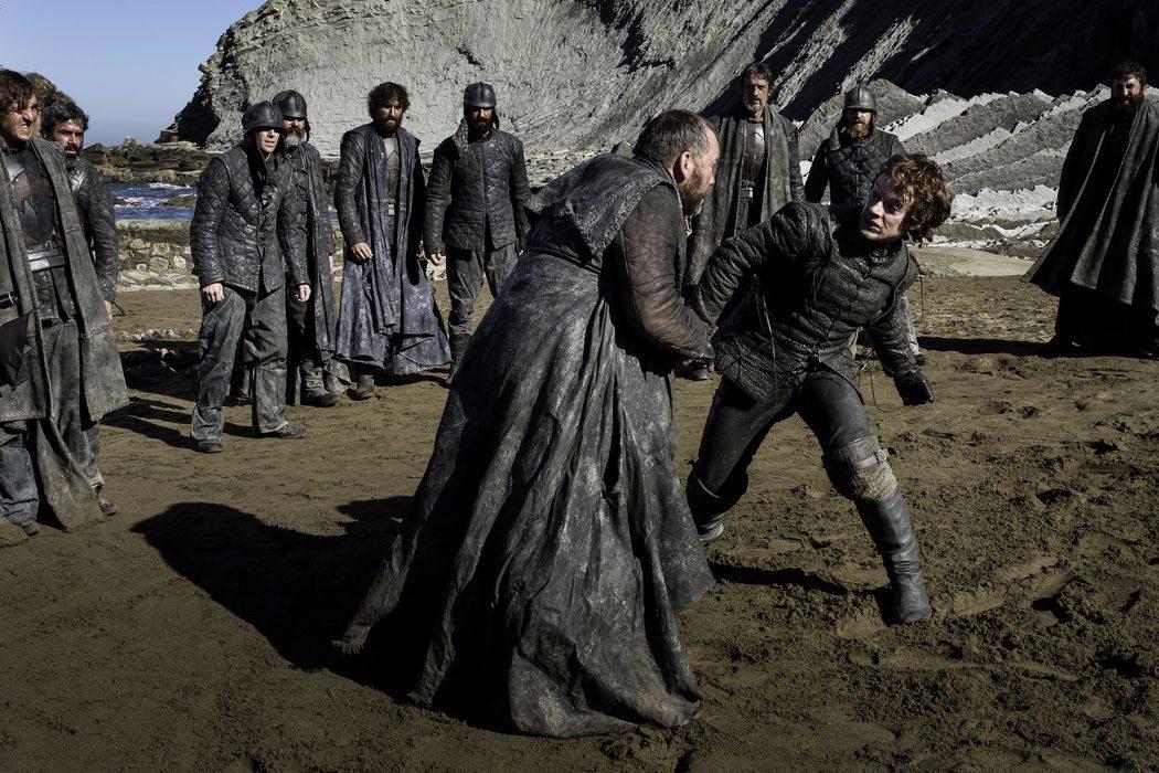 Theon enzarzado en una pelea