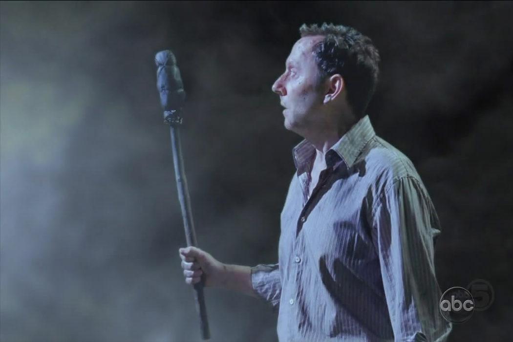 Ben mirando dentro del humo negro (Temporada 5: Muerto es muerto)