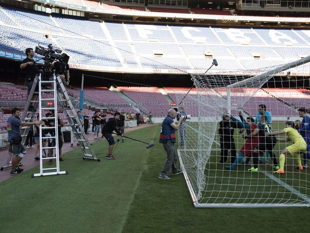 Equipo de 'Superlópez' en el campo del FC Barcelona
