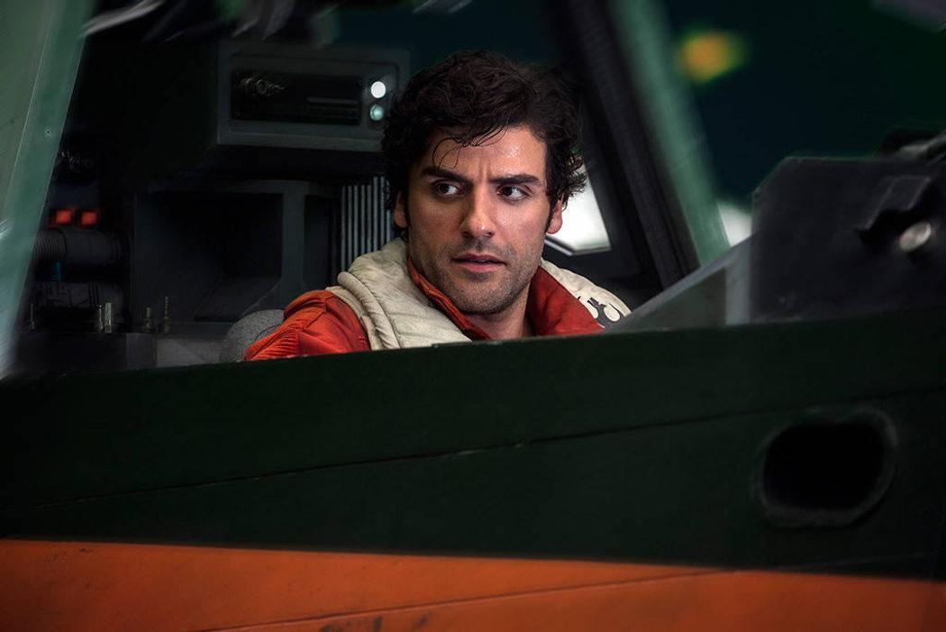 Poe sentado en la cabina de su X-Wing