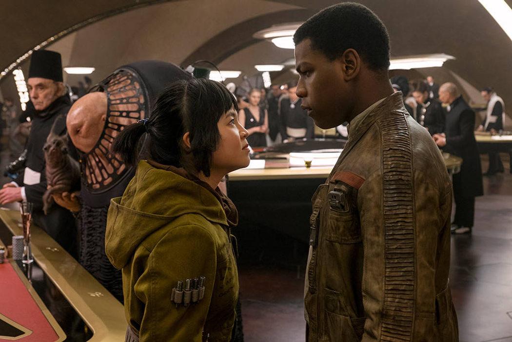 Finn y Rose mirándose fijamente