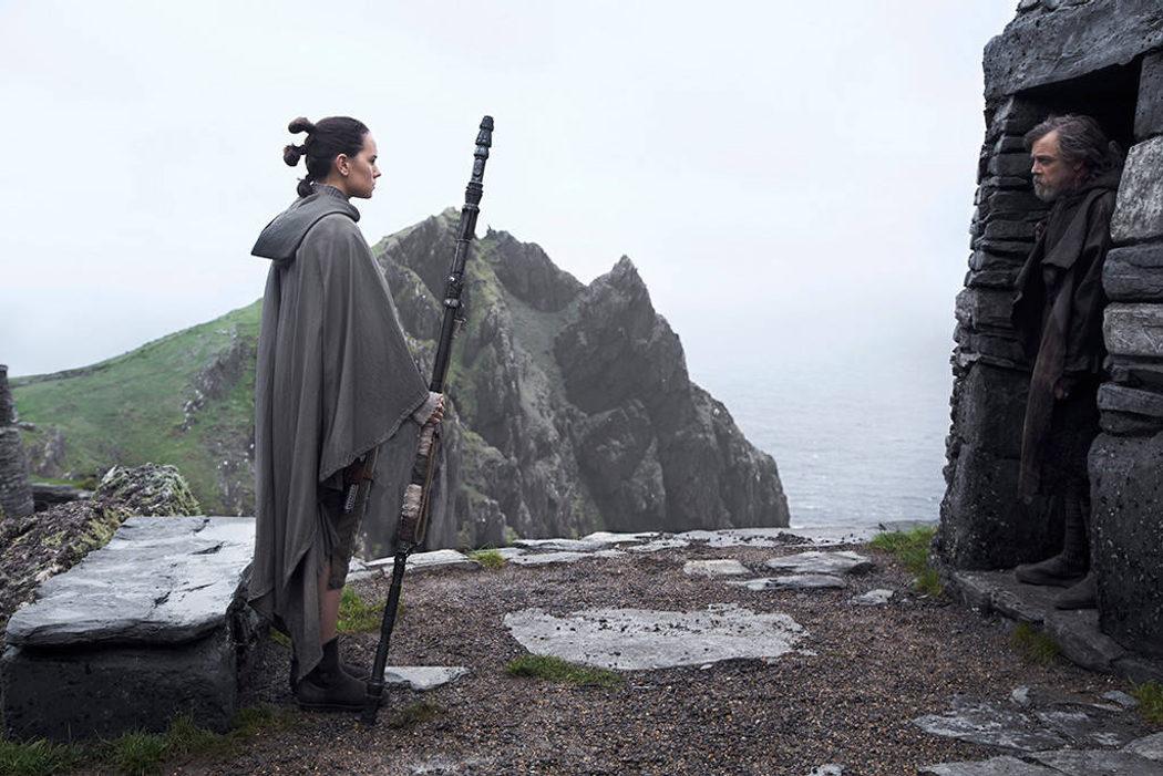 Rey y Luke se miran fijamente