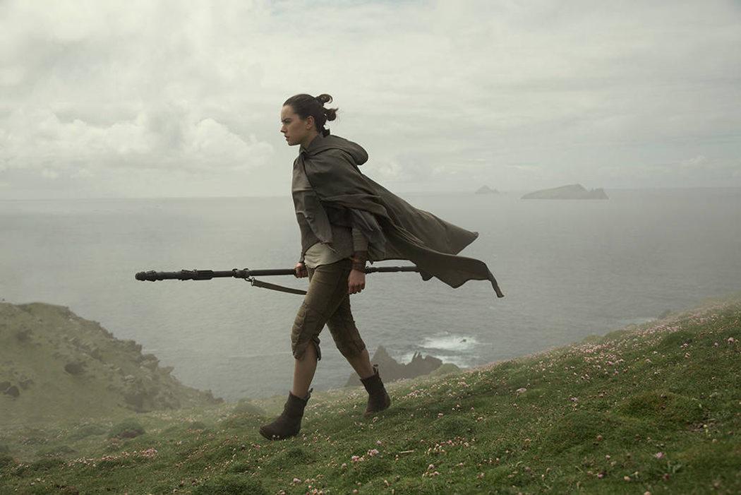 Rey camina por los acantilados