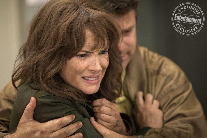 Winona Ryder como Joyce Byers y Sean Astin como Bob Newby