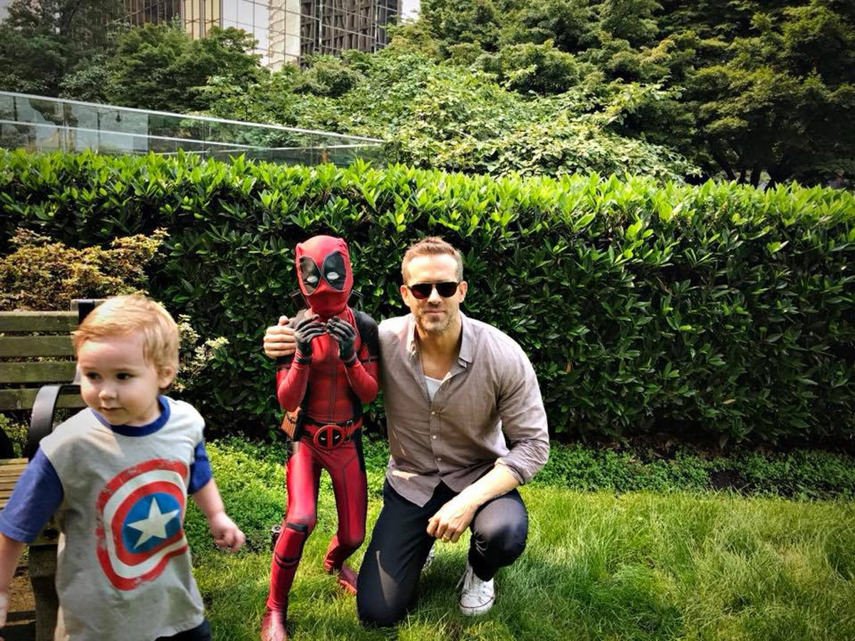 Ryan Reynolds con un mini Deadpool
