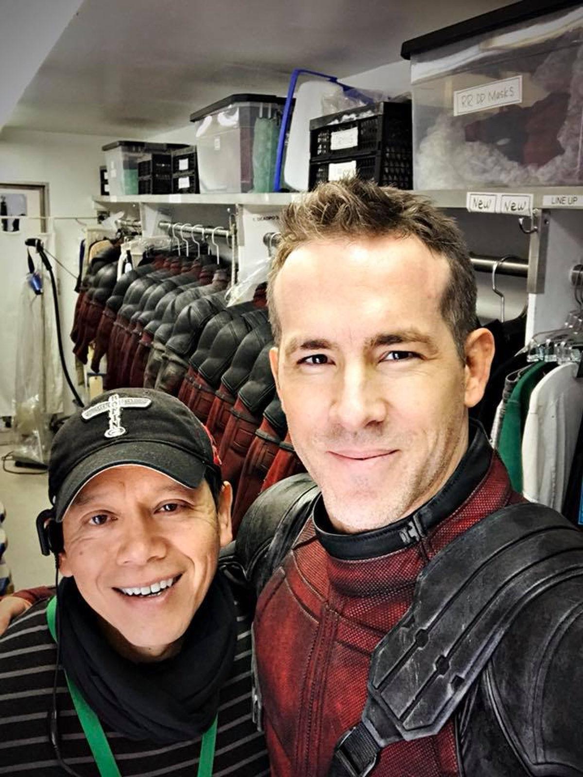 Ryan Reynolds se hace un selfie con los trajes de Deadpool de fondo