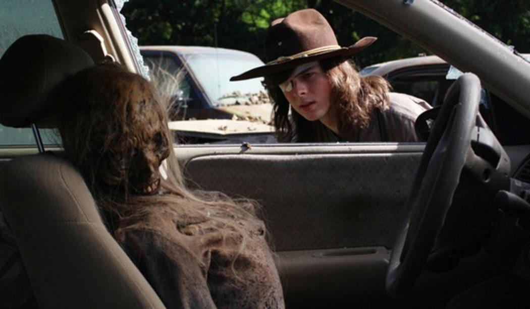 Carl encuentra un caminante en un coche