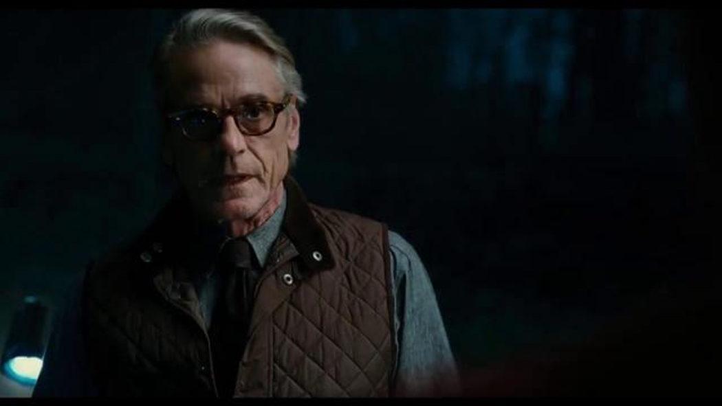 Alfred entrega a Superman su traje en la Batcueva