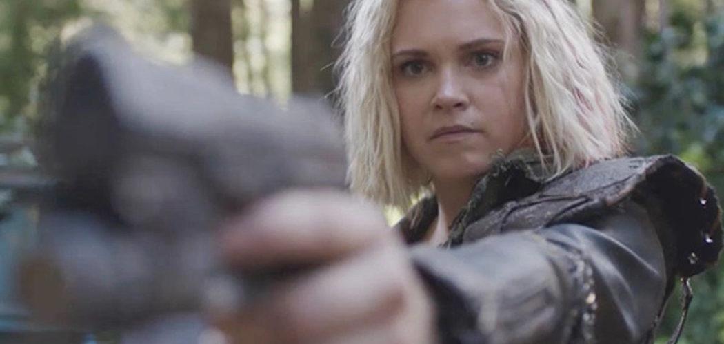 Clarke sostienndo un arma