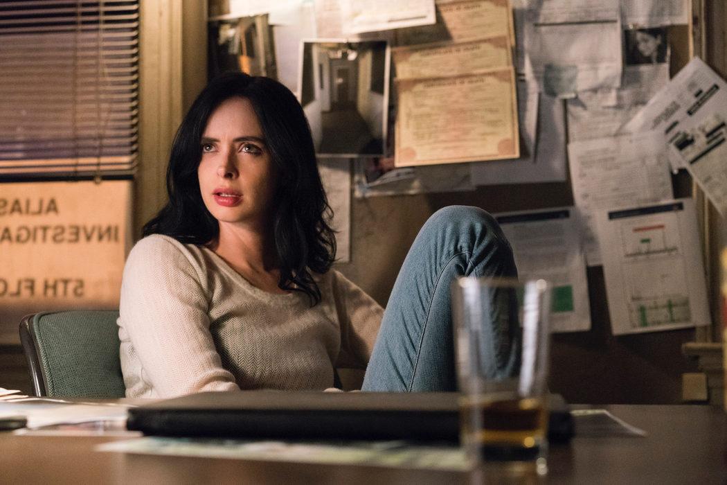 Jessica en su despacho tomándose un trago