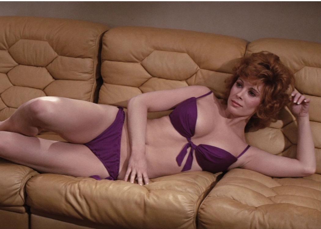 Jill St. John: 31 años (Al sofá a echarse una siesta)
