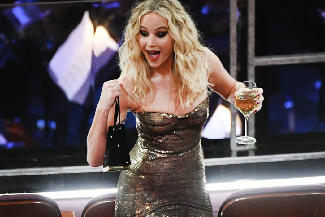 Jennifer Lawrence saltando con una copa de vino