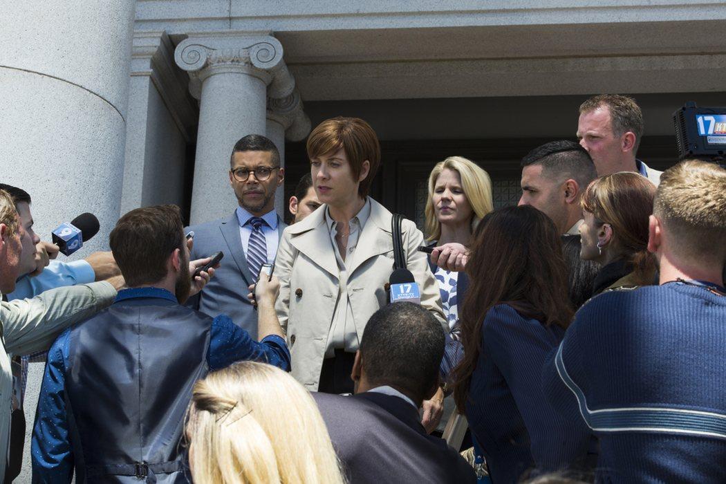 Los periodistas interrogan a Olivia Baker