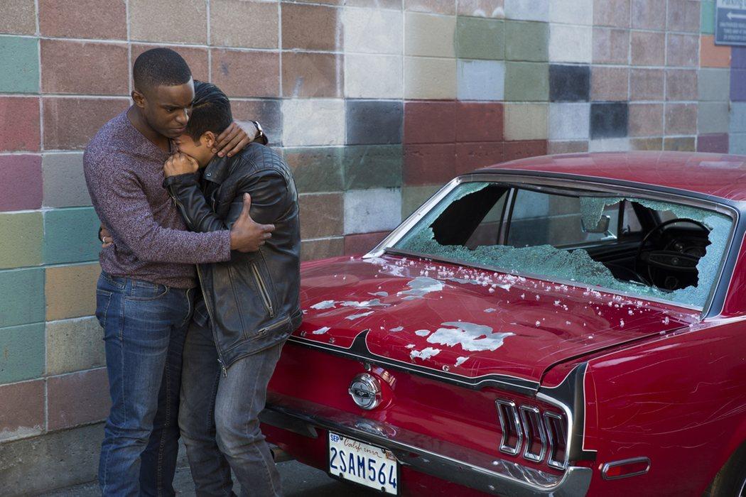 Caleb consuela a Tony tras el destrozo de su coche