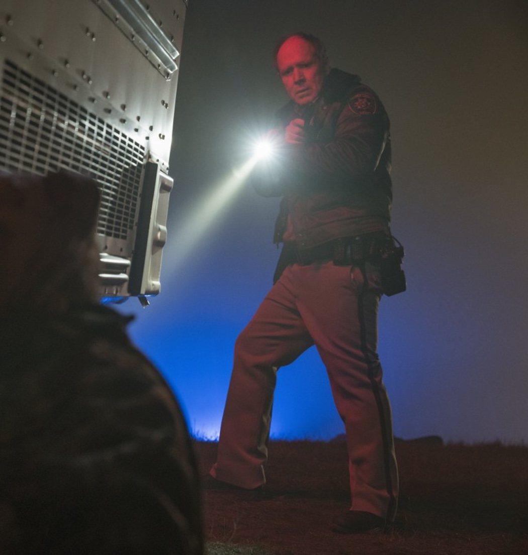 El oficial Hawkins en un autobús abandonado