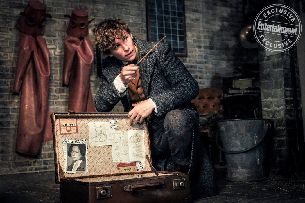 Newt Scamander (Eddie Redmayne) en el sótano de su taller de Londres