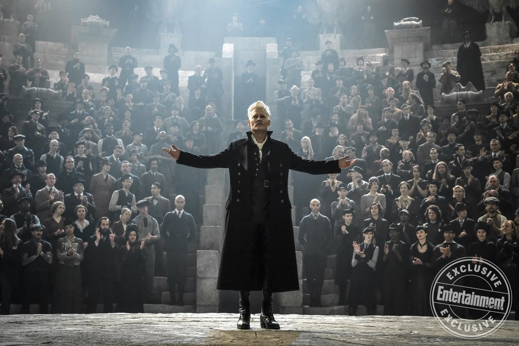 Gellert Grindelwald (Johnny Depp) dando un discurso en el Mausoleo Lestrange
