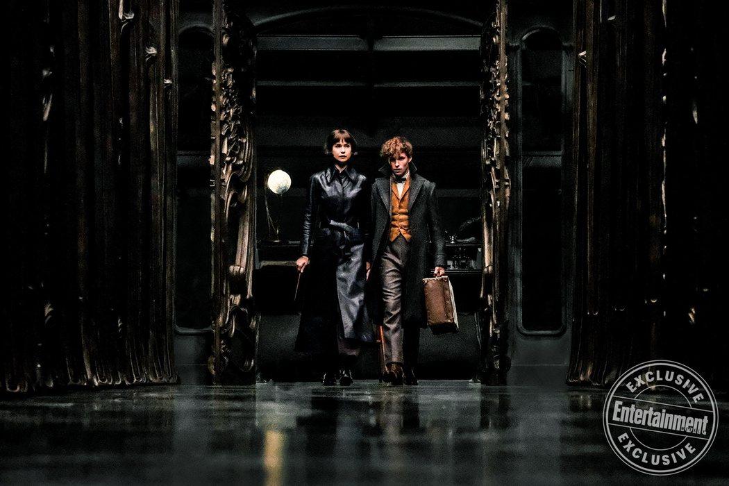 Newt y la aurora Tina Goldstein (Katherine Waterson) exploran el Ministerio de Magia francés