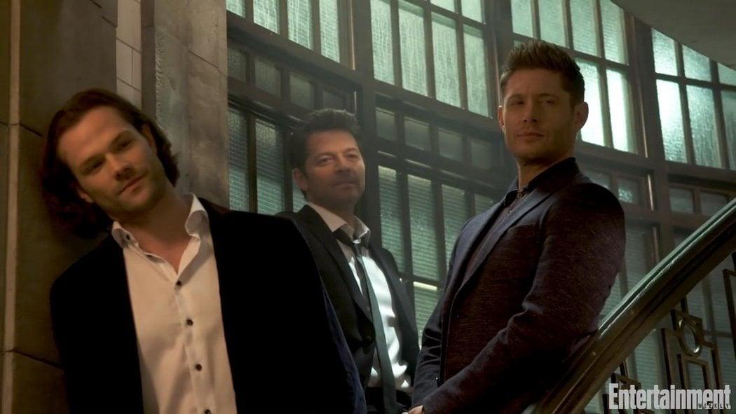 Los hermanos Winchester y Castiel en el búnker