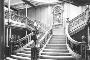 La vieja escalera del salón con el reloj al fondo