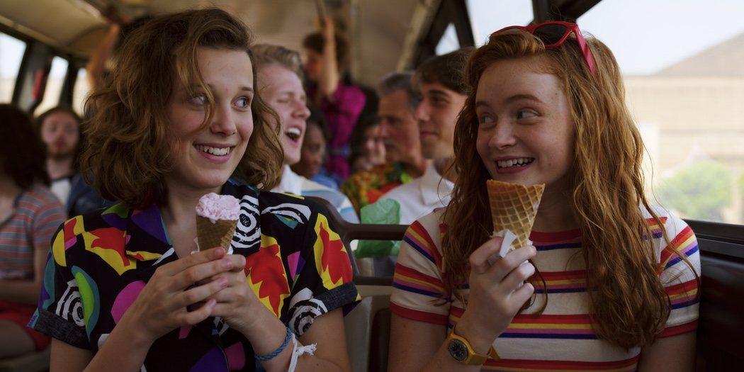 Millie Bobby Brown y Sadie Sank con un helado