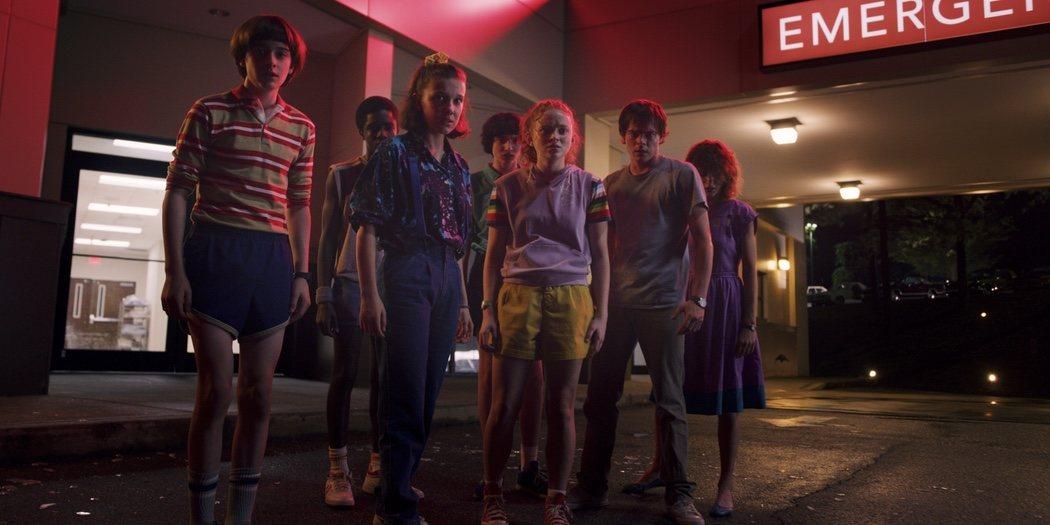 Niños de 'Stranger Things' observando algo aterrador