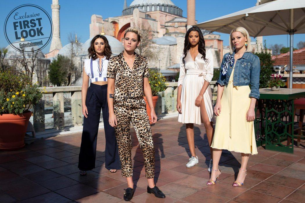 Kristen Stewart, Naomi Scott, Ella Balinska y su directora, Elizabeth Banks