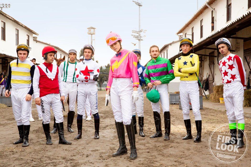Kristen Stewart y un grupo de jockeys