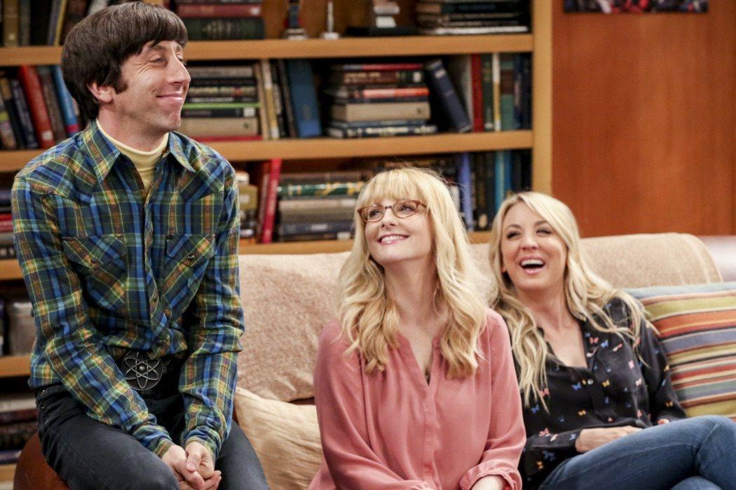 Howard, Bernadette y Penny comparten sofá por última vez