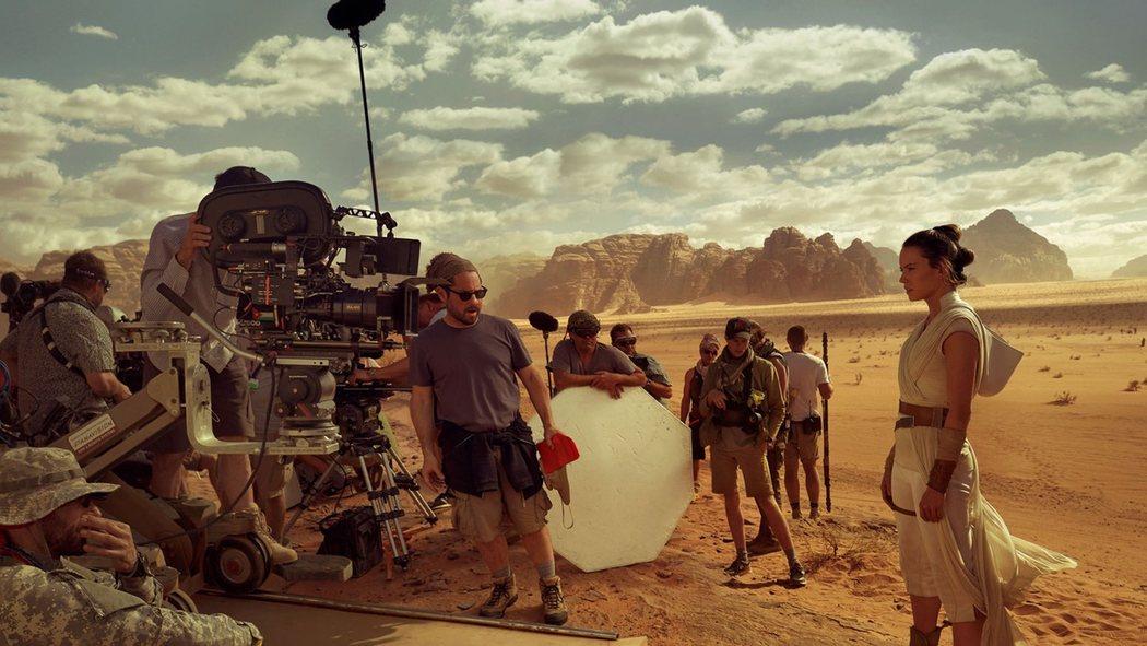 J. J. Abrams y Daisy Ridley durante el rodaje