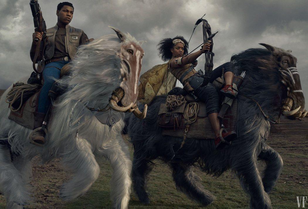 John Boyega y Naomi Ackie cabalgan a lomo de unas nuevas criaturas.