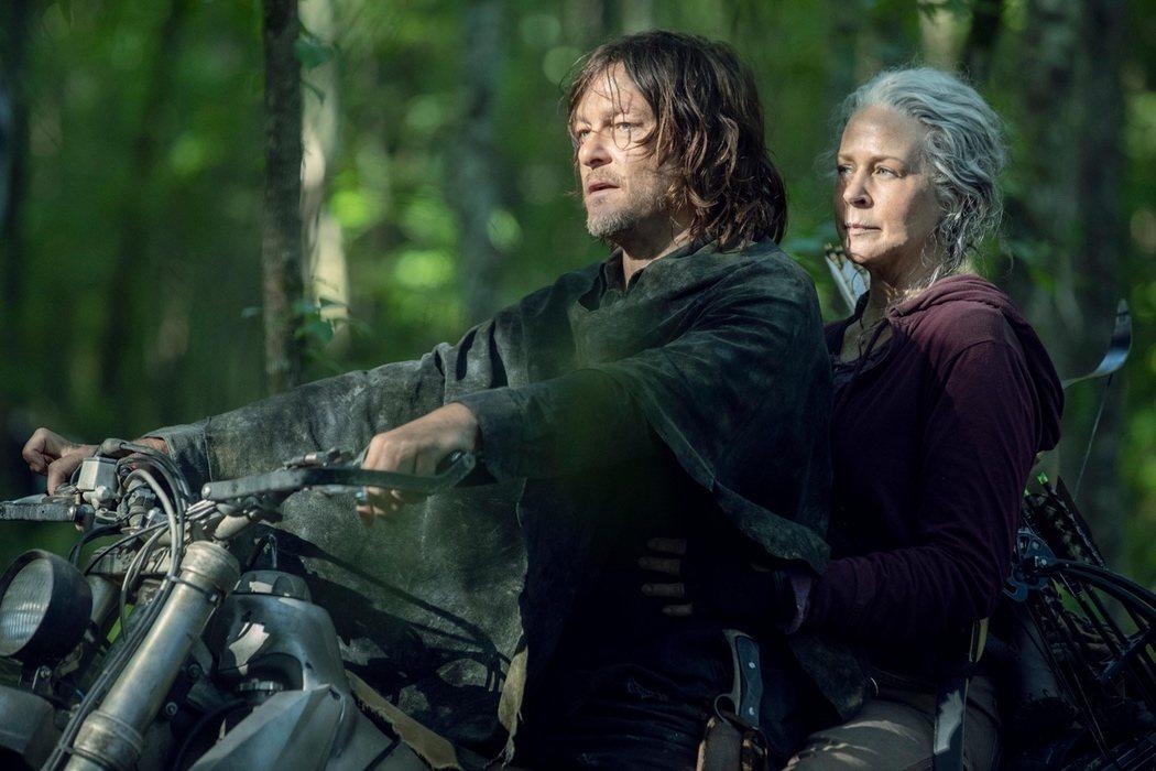 Daryl y Carol en moto
