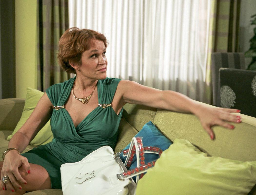 'Estela Reynolds Begins'