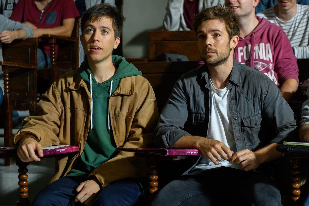 Pol (Carlos Cuevas) y Biel (Pere Vallribera) en clase