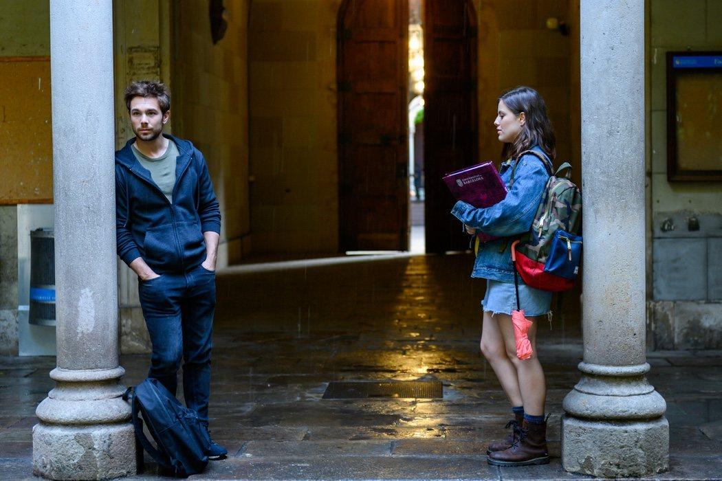 Pol (Carlos Cuevas) con Oti (Claudia Vega)