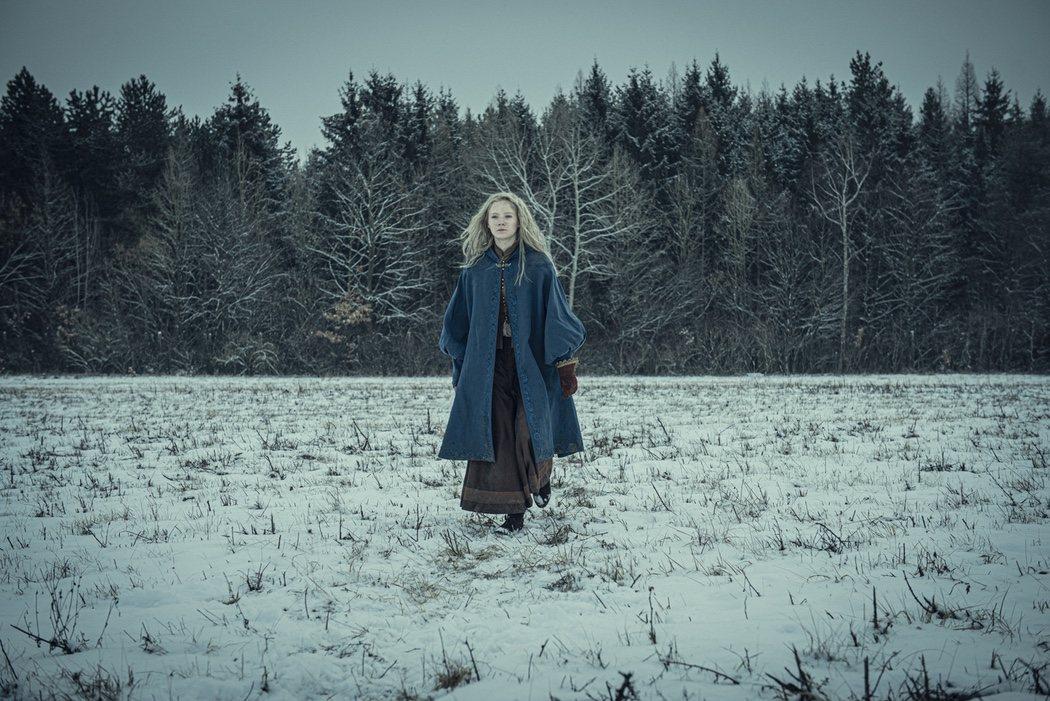 La Princesa Ciri (Freya Allan) en un fondo nevado