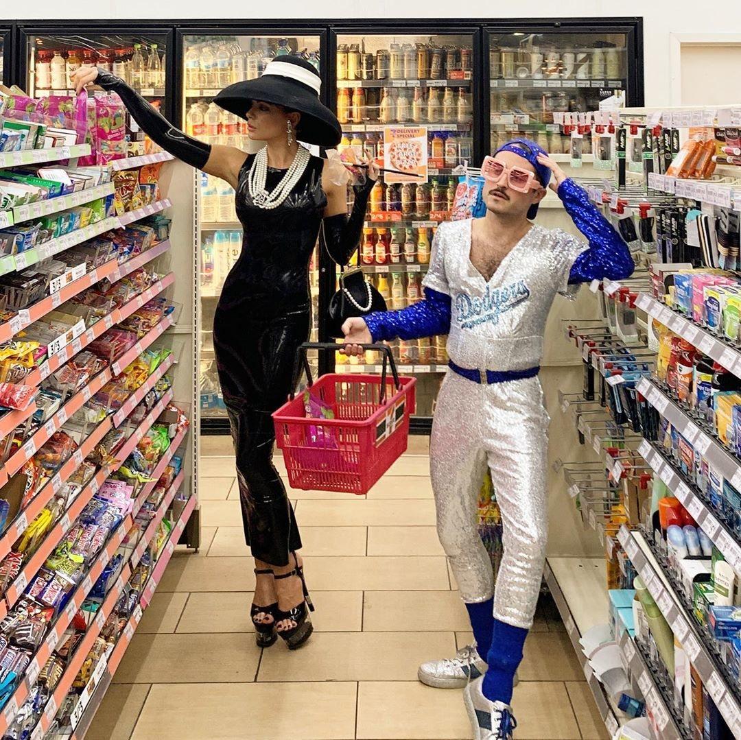 Kate Beckinsale y Jonathan Voluck de Holly Golightly de 'Desayuno con diamantes' y Elton John
