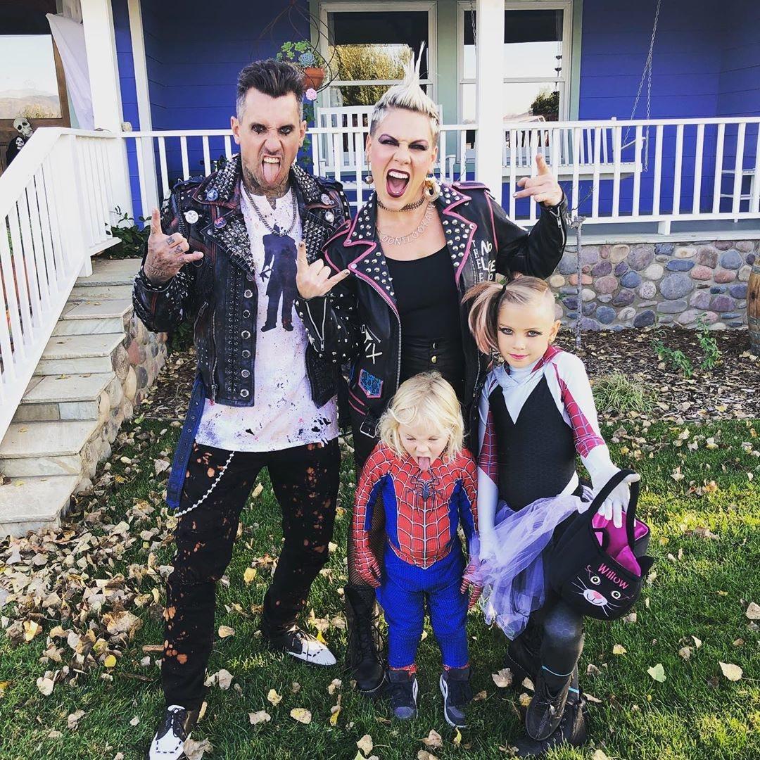 Pink y su familia de punkies y Spider-Man